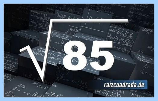 Forma de representar matemáticamente la operación raíz cuadrada de 85